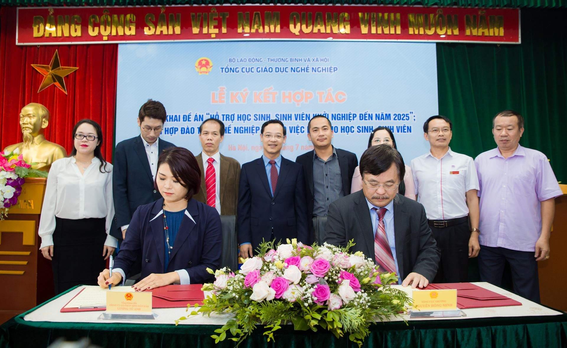 Chị Lương Tú Anh và Ông Nguyễn Hồng Minh - Tổng cục trưởng Tổng cục Giáo dục nghề nghiệp, ký kết hợp tác triển khai đề án